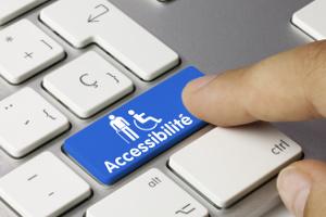 """Doigt appuyant sur une touche bleue nommée """"Accessibilité"""" d'un clavier d'ordinateur"""