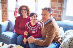 Jeune adulte porteuse de trisomie entourée de ses parents